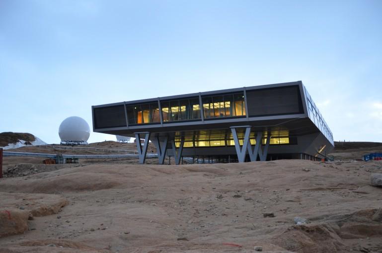 Исследовательская база на сваях в Антарктике