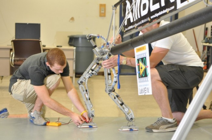 Двуногий робот