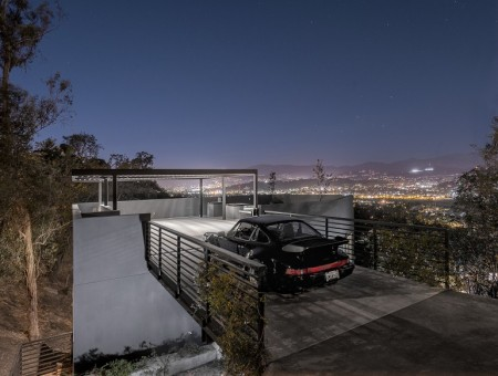 Дом с парковкой