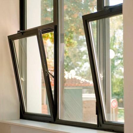 temnoe-alyuminievoe-okno-dve-otkrytye-stvorki