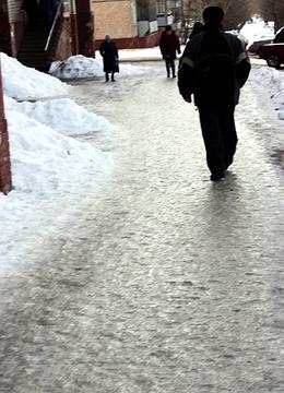 Киров. Гололед на тротуаре