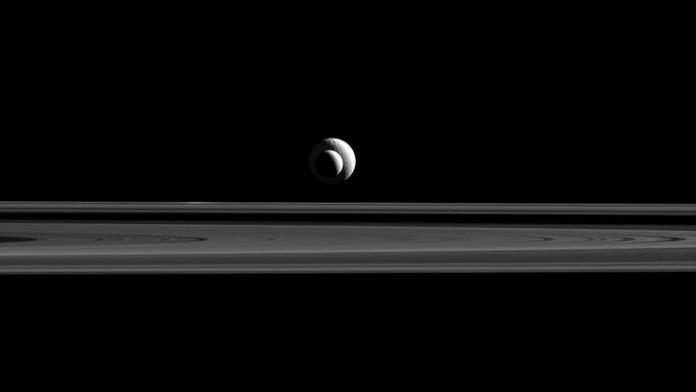 Cassini передал уникальный снимок с выравниванием лун Сатурна
