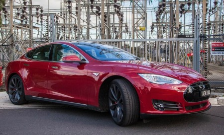 Tesla представил действующий прототип Model S' display с автопилотом