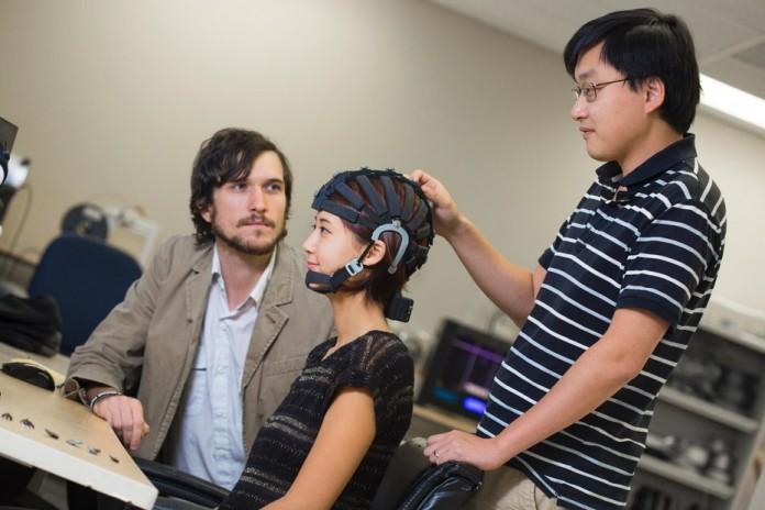 Разработан шлем, который научит управлять механизмами силой мысли