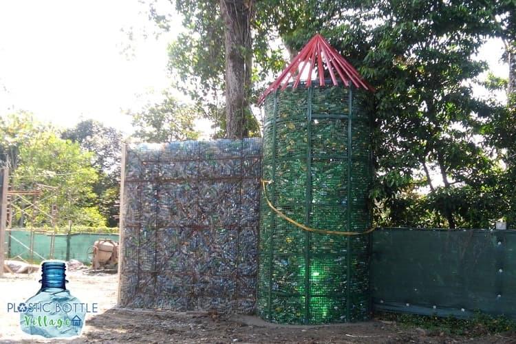 Канадский предприниматель строит пластиковую деревню из бутылок