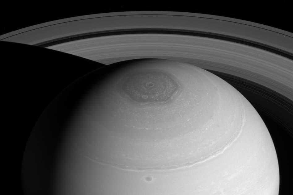 Получены новые снимки полярного шторма на Сатурне