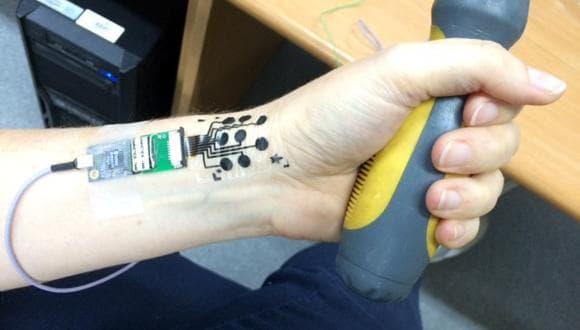 """В Израиле изобрели """"татуировку"""", отслеживающую сигналы мышц"""