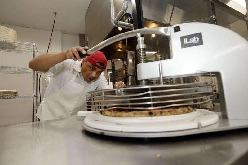 В Калифорнийской пиццерии появился робот шеф-повар