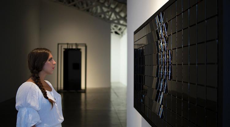 Лондонские дизайнеры продемонстрировали необычное зеркало