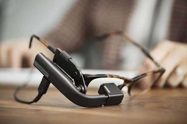 Появился гаджет превращающий обычные очки в интерактивные