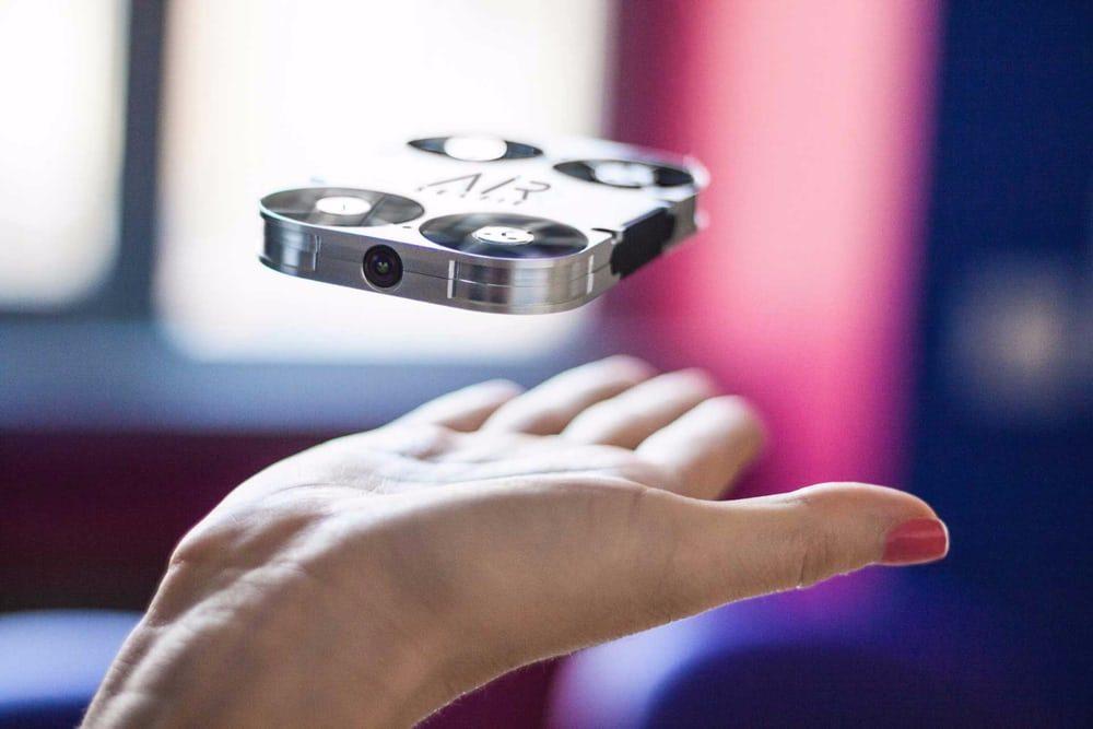Появился неразлучный со смартфоном селфи-дрон