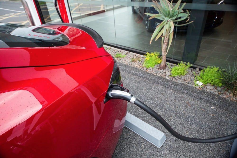 Tesla откажет в бесплатной зарядке автомобилей