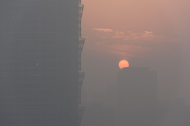 Смог поглощает Китай, объявлен красный уровень опасности