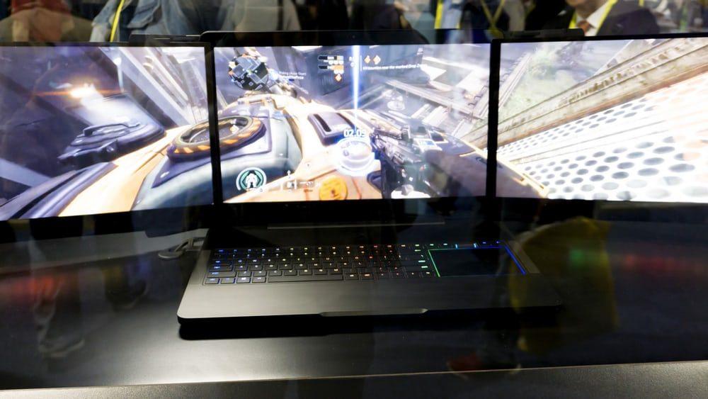 Разрабатывается ноутбук с тремя экранами
