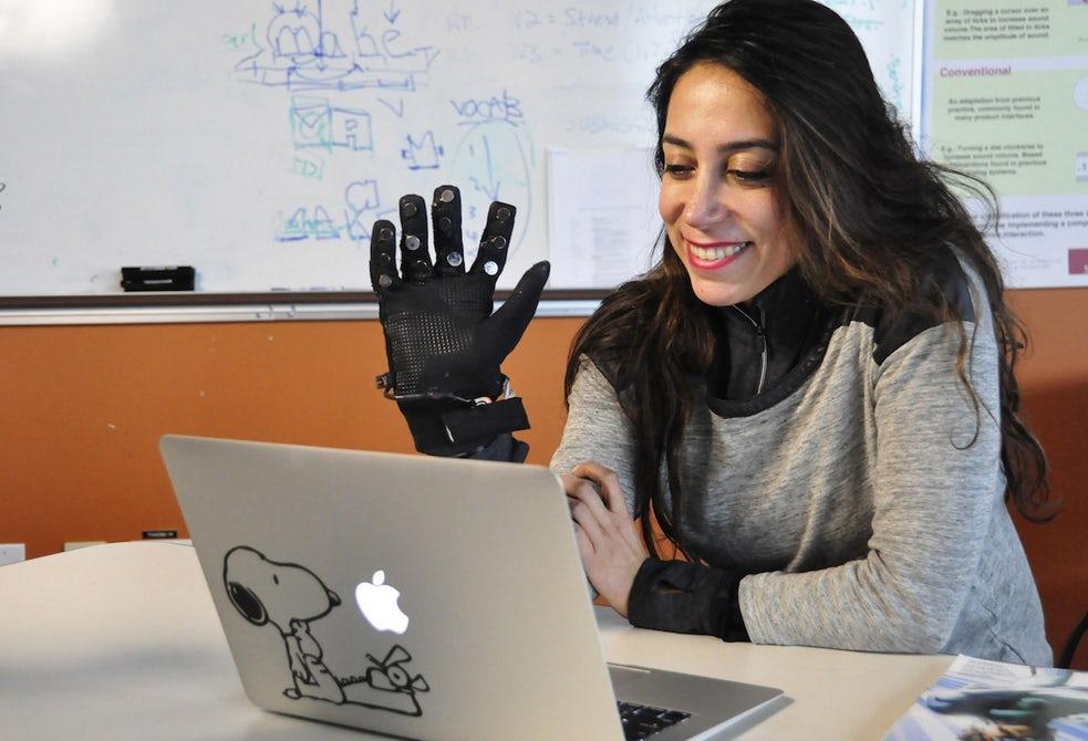 Созданы перчатки, способные передавать движения собеседника