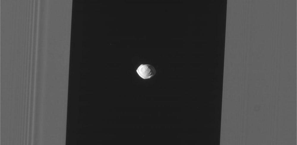 Космический зонд заснял спутник Сатурна похожий на летающую тарелку