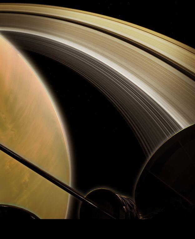 Cassini передал первые фотографии из-за колец Сатурна