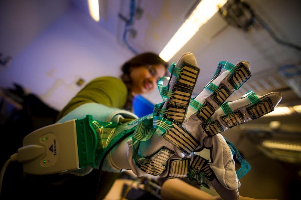 Ученые создали перчатку для оценки регидности мышц