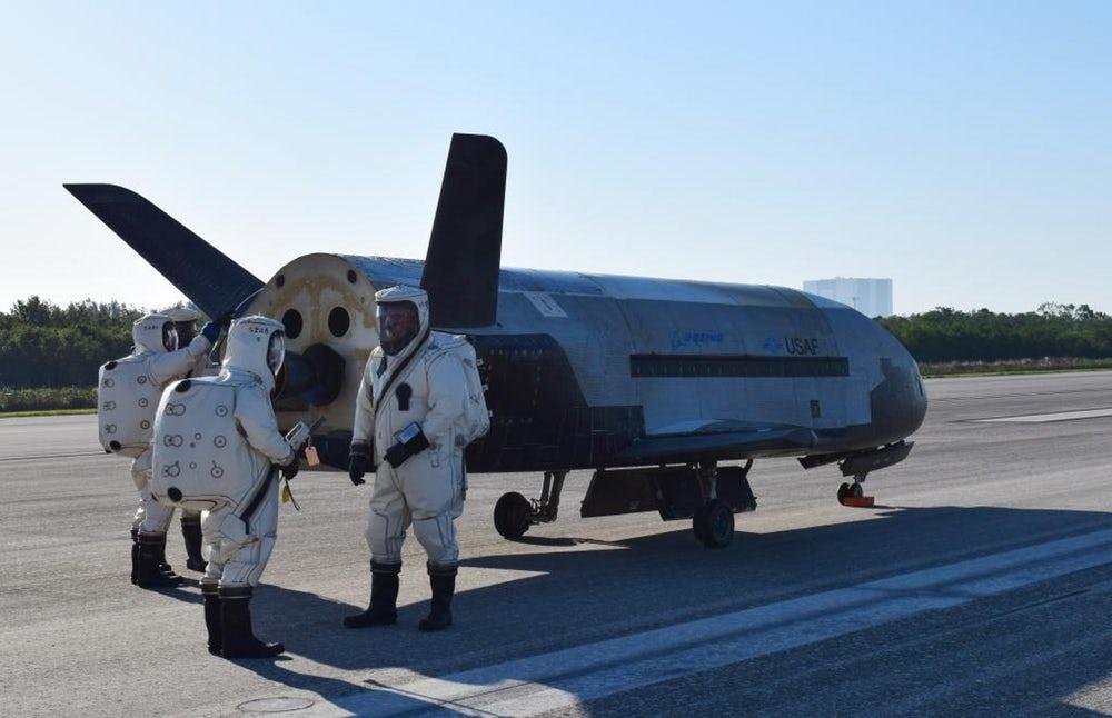 Секретный космический самолет вернулся на Землю