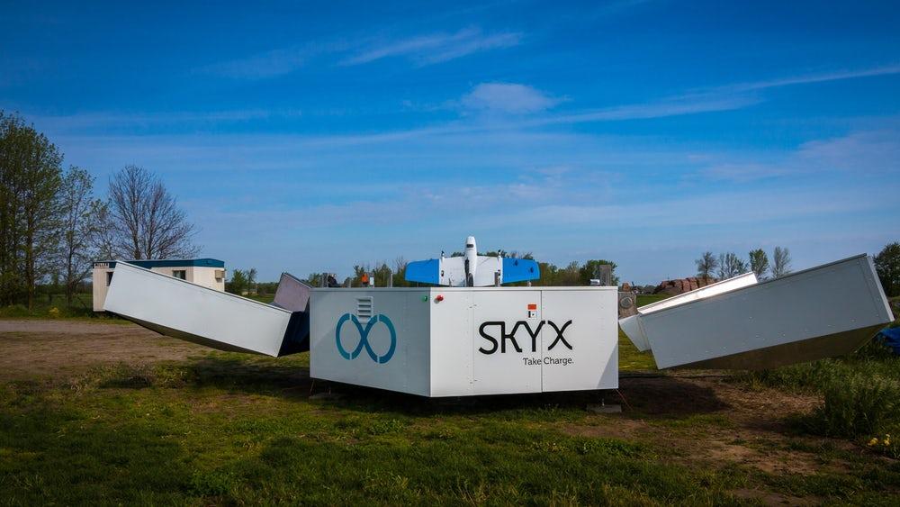 SkyX представила платформу для подзарядки дронов