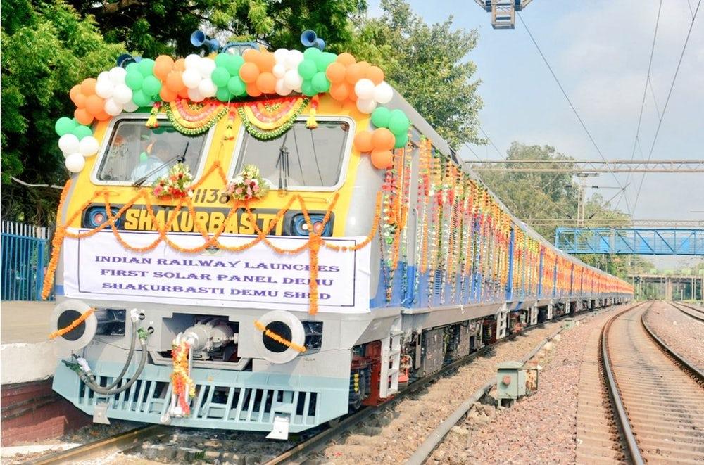 В Индии запустили поезд с солнечными батареями
