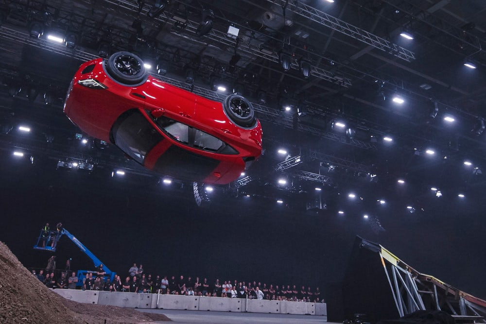 Новый Jaguar E-Pace выполнил самую длинную в мире бочку