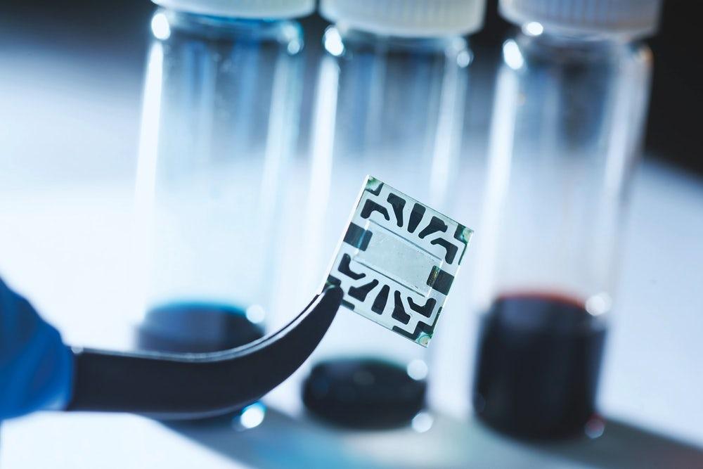 Ученые смогли создать гибкие и прозрачные солнечные панели