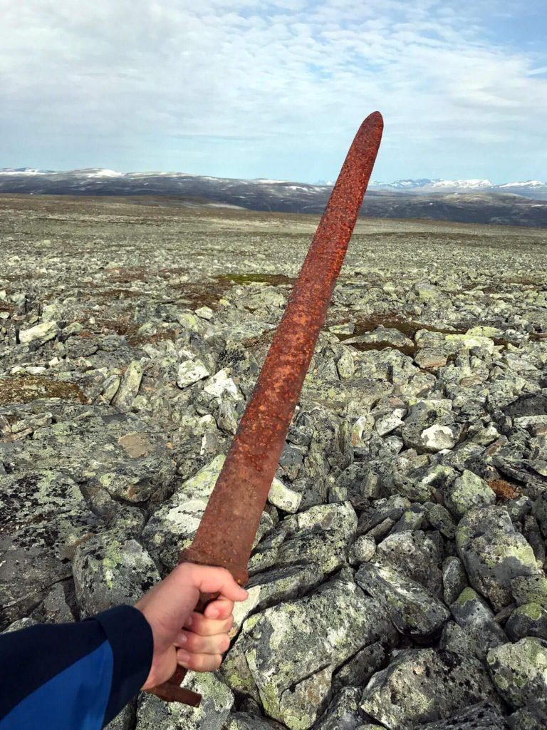 Найден удивительно хорошо сохранившийся меч викингов возрастом 1100 лет