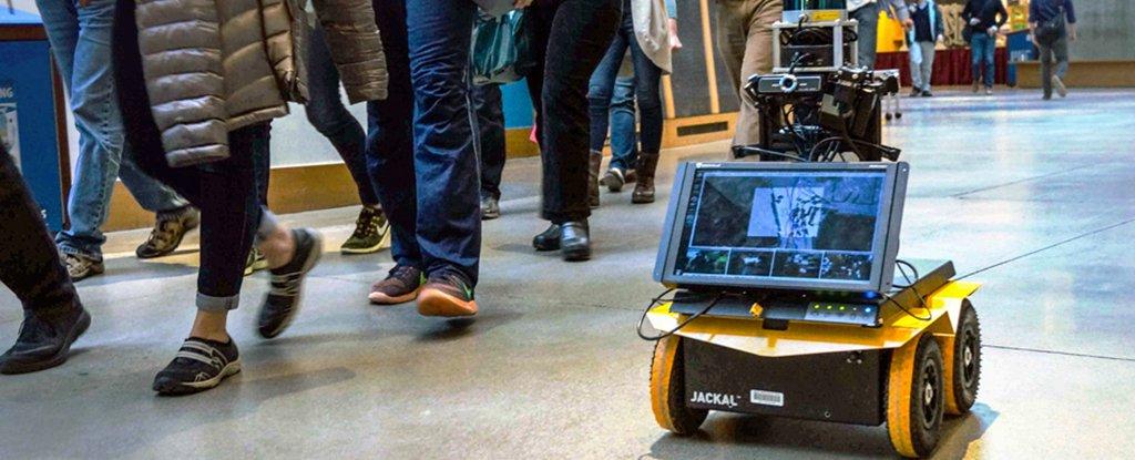 Ученые научили робота передвигаться в оживленной толпе