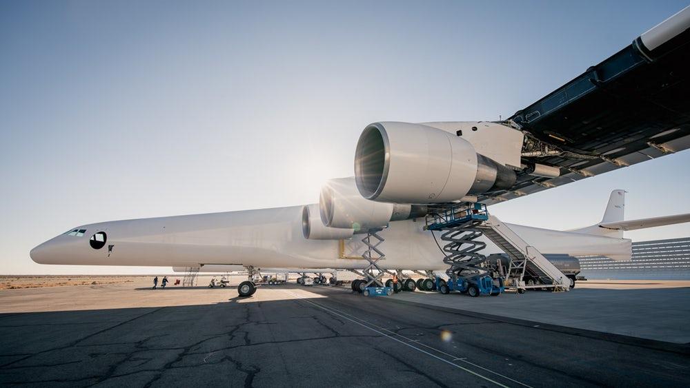 Тест моторов крупнейшего вмире самолёта Stratolaunch прошёл удачно
