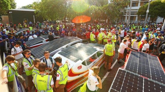 ВАвстралии 42 автомобиля насолнечных батареях участвуют вгонках