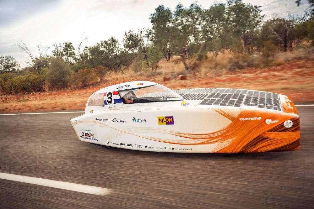 В Австралии проходят гонки автомобилей на солнечных батареях