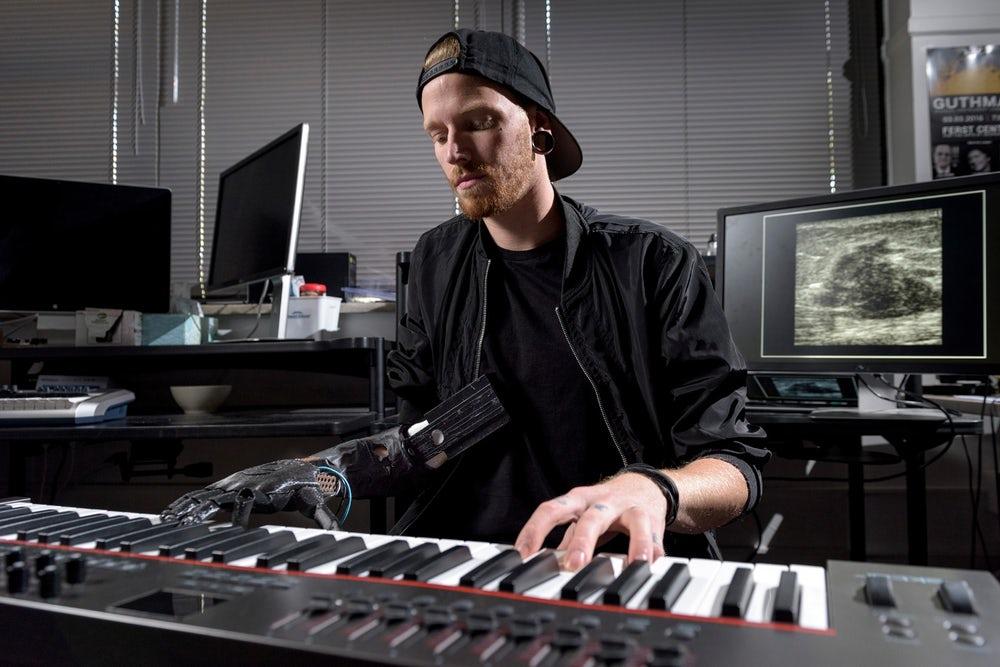 amputee-play-piano-1
