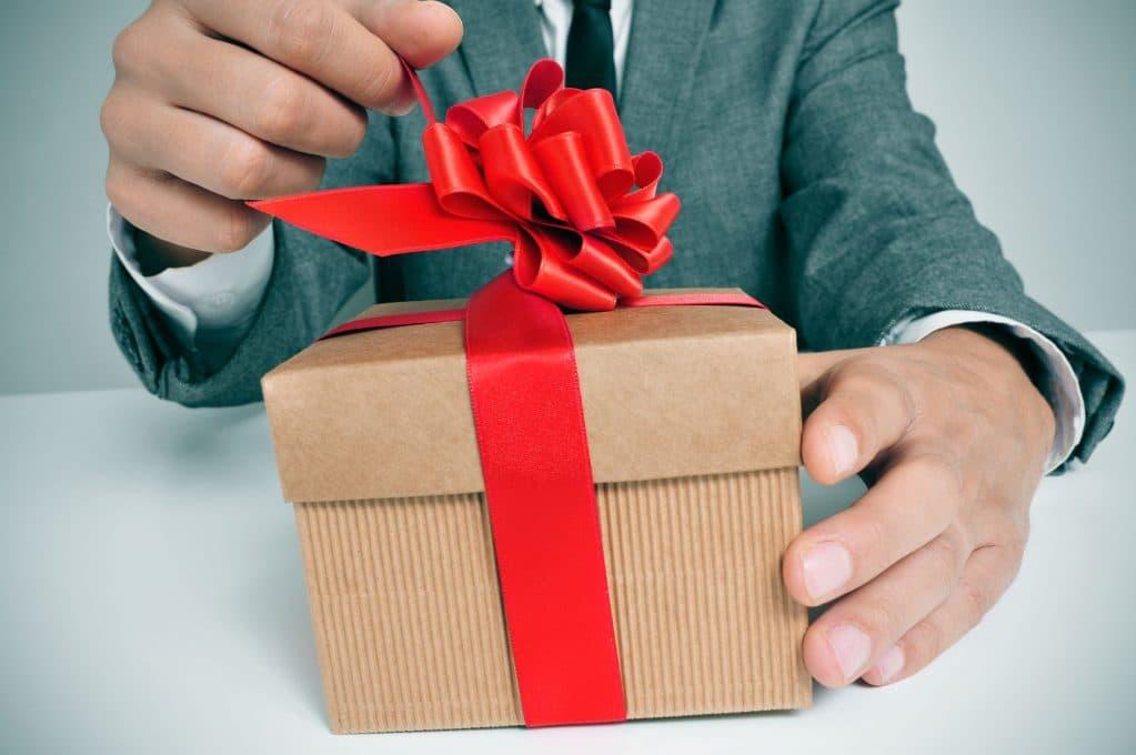 Картинка подарок мужчине в день рождения 18