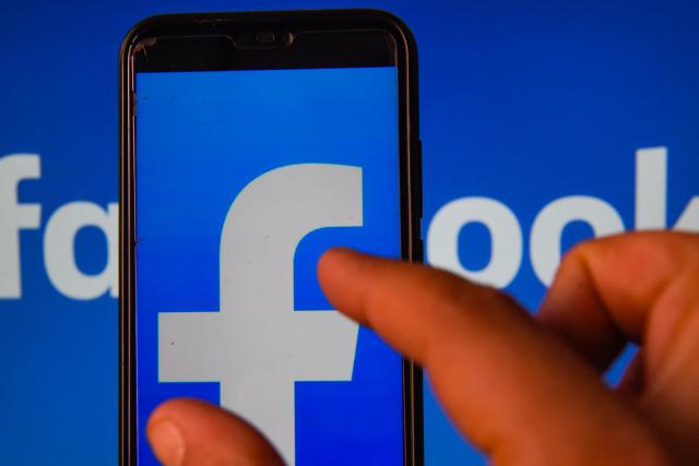 Facebook заблокировал QAnon — крупное сообщество, распространявшее фейки и теории заговора