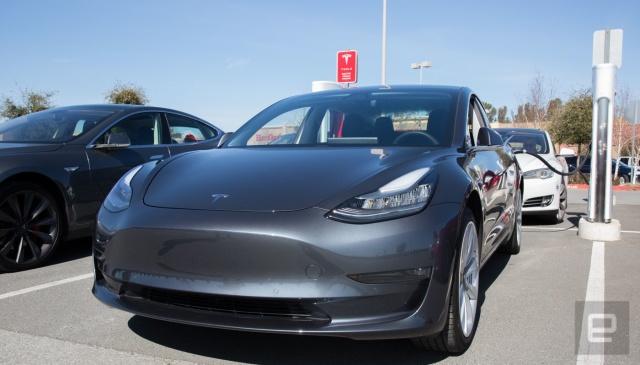 Tesla разрабатывает систему парковки с видом сверху