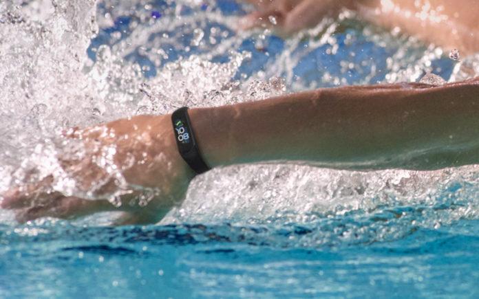 Samsung выпустила новые фитнес-часы Galaxy Fit 2