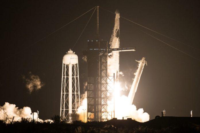 SpaceX совершила первый полноценный запуск Crew Dragon с экипажем
