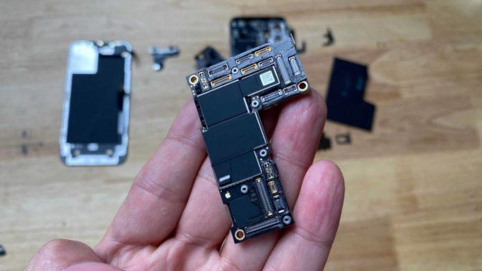 Флагман iPhone 12 Pro Max удивляет своими внутренностями