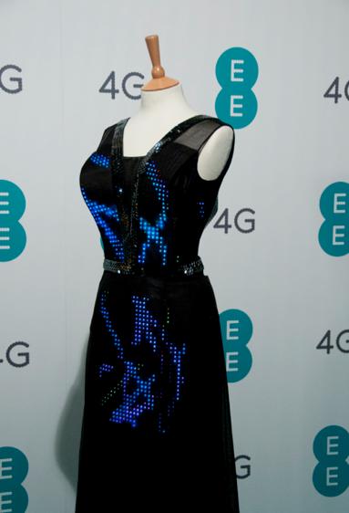 платье с сообщениями Николь Шерзингер